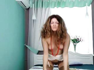 abuelita peluda juega con juguete negro
