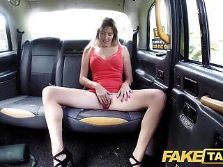 dama falsa de taxi en vestido corto obtiene un creampie de taxi