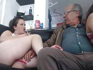 Pronto sexo con 2 chicas un hombre de 75 años.