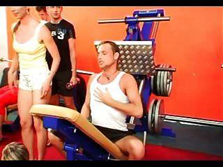 orgía bisexual en el gimnasio parte 1