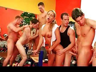 orgía bisexual en el gimnasio parte 2