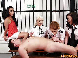 policías británicos femeninos tirando sub en su celda