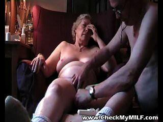 mira mi abuela milf y su viejo follando