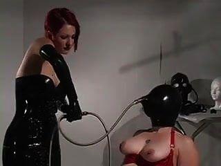 Esclavo en látex introducido para respirar jugar