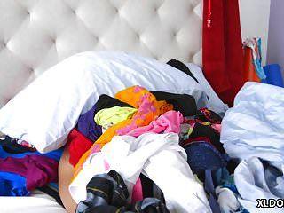Megan Rain limpiando su cuarto