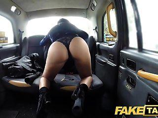 Falsas tetas perfectas de taxi y un gran culo.