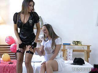 Las chicas, el ángel azul y Clea Gaultier, se comen los coños.
