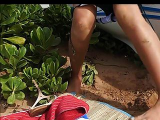 latina tetas pequeñas pezones grandes orinar y chupar en la playa