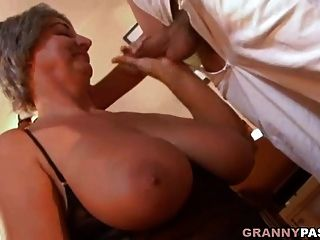 abuela tetona seduce a un joven con sus grandes tetas