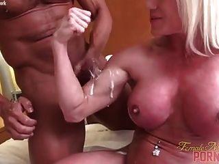 musculoso culturista desnudo follando corrida