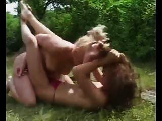 pelea de gatos al aire libre en topless