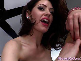 dominatrix seductora dedos su culo esclavos