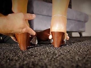 maestro adorando pies en cordones lamiendo dedos medias