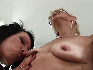 lesbiana madura chuparse el pezón