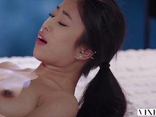 La joven estudiante asiática tiene sexo apasionado con el vecino.
