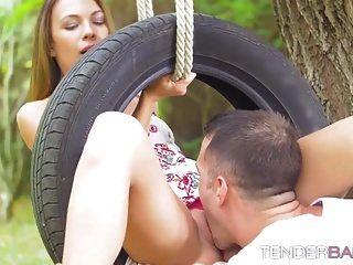 impresionante linda nena veronica clark follada al aire libre en el columpio