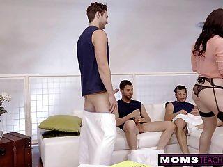 Milf engaño folla a su hijo y sus amigos cuando hubbys de distancia!