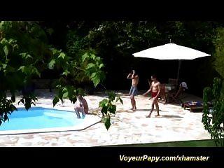 Voyeur papy en una orgía de adolescentes salvajes
