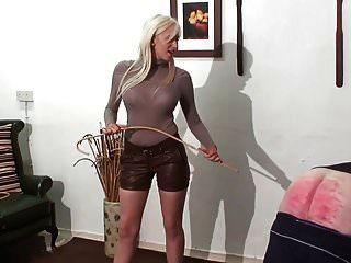Castigo castigado por la amante rubia joven caliente en cuero sh