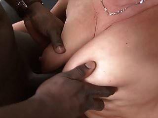 Granny Hardcore follada por hombre negro en su culo apretado sexo