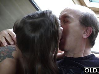 abuelo atrapado masturbándose por mi hijastra y follarlo
