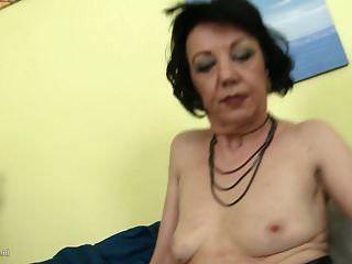 Zelma ama de casa traviesa alimentando a su viejo coño