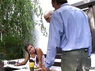 Morena de coletas abre las piernas para el viejo