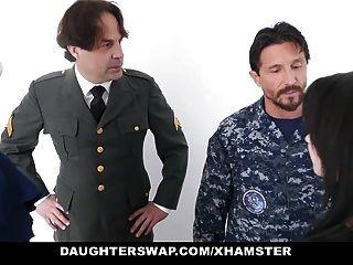 papás militares intercambian y follan hijas