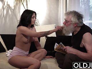 viejo joven porno sexy adolescente follada por viejo en el sofá