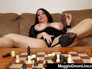 Nympho Maggie caliente golpea piezas de ajedrez porque ella pierde