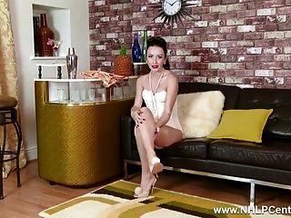 Morena se desnuda a la ropa interior retro nylons stiletto tacones