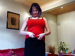 Europeo cachonda vieja mujer solo striptease