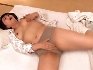 mami hotomi masturbándose en la habitación