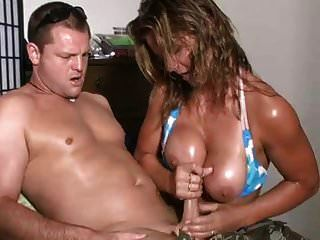 esposa inteligente masturba al marido lujurioso antes de ir a la playa
