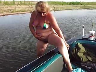 pis maduros al lado del barco
