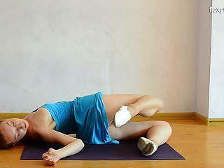 sexy gimnasta mostik hace películas super calientes