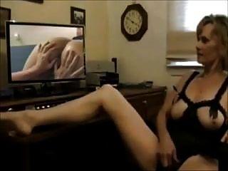 Mujer madura se masturba mientras ve porno de lesbianas