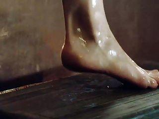 Emilia Clarke mostrando tetas y culo saliendo de la bañera