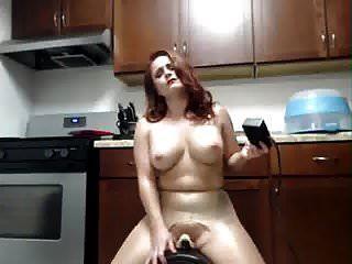 pelirroja tiene un intenso orgasmo chorros en sybian