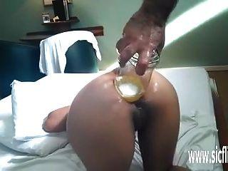 Fist anal y penetración en botella de whisky.