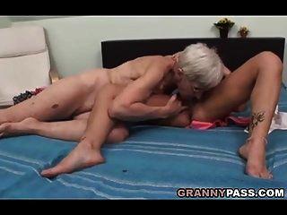 abuelita peluda trata sexo lésbico