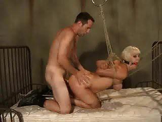La puta atada y amordazada, cereza desgarrada, se usa como un juguete sexual