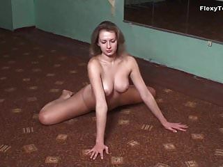 La pequeña gimnasta luganskaja muestra sus grandes tetas