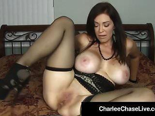 Milf caliente Charlee Chase castiga coño con gran consolador negro!