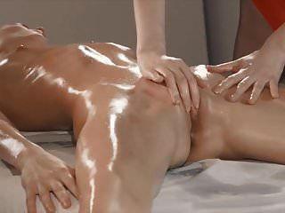 hermoso masaje lesbico y correa en