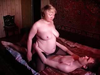 Mamá rusa e hijo anciano ruso y niño 3