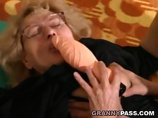 joven musculoso se folla a una abuela gorda