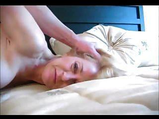 Hermosa abuelita rubia teniendo sexo anal