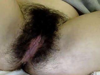 Valery nos muestra su hermoso coño peludo ...