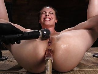 Diosa porno casey calvert culo follada y atormentada en metal